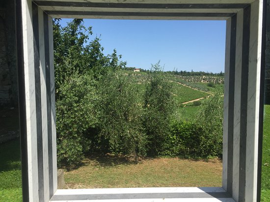 Gaiole in Chianti, Italien: Art framing the landscape