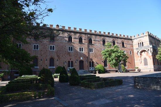 Gaiole in Chianti, Italien: Castle and garden/courtyard