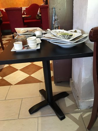 Velizy-Villacoublay, Fransa: Assiettes qui s'entassent à côté des tables