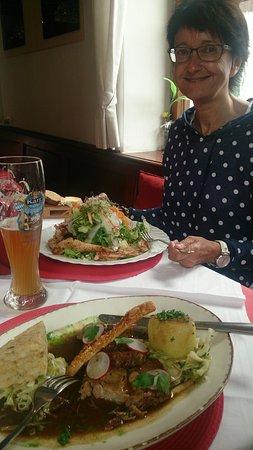 Bad Kohlgrub, Alemania: Schweinebraten und Semmelknödel [Würfel ;-)] mit Krautsalat sowie leckerer Salat