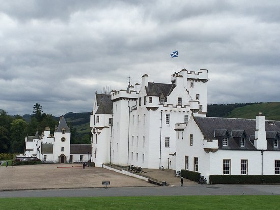 Blair Atholl, UK: Beautiful garden with the magnificent castle