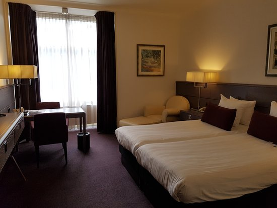 Wyndham Apollo: Spacious and clean room.