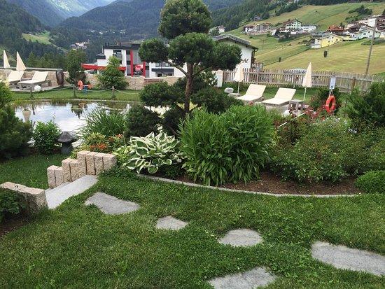 Alpengasthof Grüner: Blick auf den Hotelgarten mit kleinem Badesee