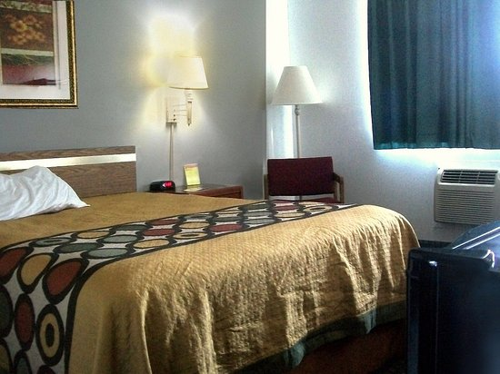 Rock Falls, IL: room neat, with space enough, has micro, refrig... and Great ac unit