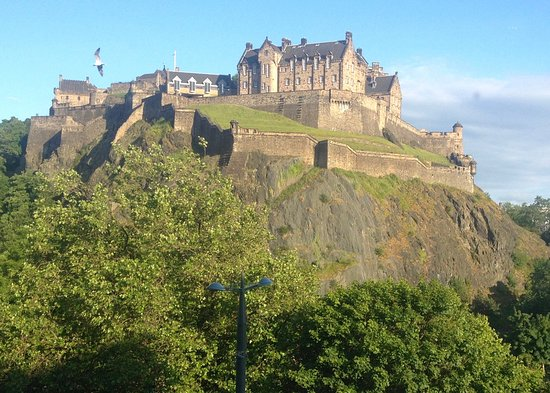 พรีเมียร์อินน์ เอดินบะระซิตี้เซ็นเตอร์-ปริ๊นเซส สตรีท: The view of Edinburgh Castle from my Room at the Premier Inn