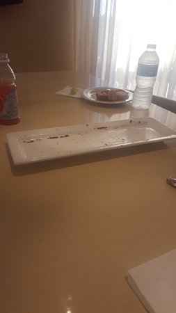 Maryland Heights, MO : Empty cookie plate in the lounge that was not replenished