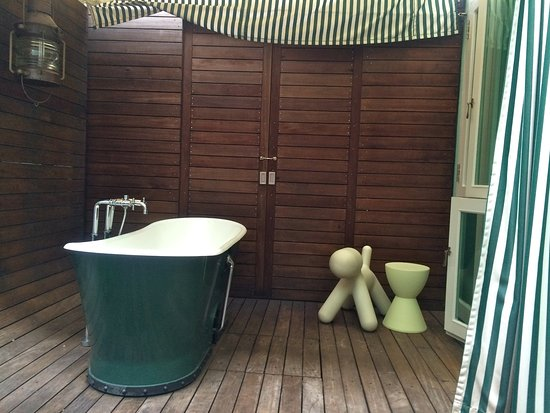 โรงแรมนิว มาเจสติก: Outdoor tub on the private deck of the premier garden room