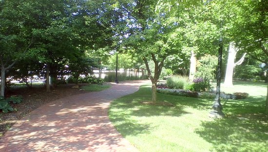 Bloomington, IL: beautiful walkway