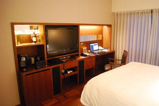 Les Suites Orient, Bund Shanghai: Entertainment and workstation with hidden minifridge (812)