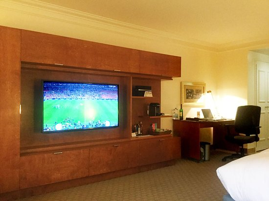 Hotel Le Bonne Entente: TV and mini-bar