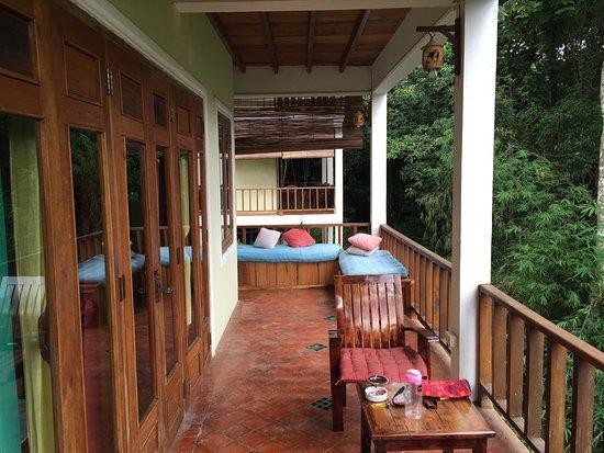Ban Xieng Lom, Laos: 部屋に付属しているテラス。デイベッドもあります。