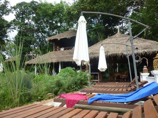 Zen Namkhan Boutique Resort: プールからレストランを眺める