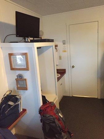 Driftwood Inn & Homer Seaside Lodges: Open closet area