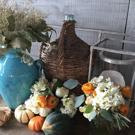 Leesburg, Βιρτζίνια: Fall display in the adults-only tasting area