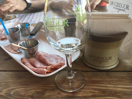 Dundee, estado de Nueva York: Delicious charcuterie plate and souvenir glass with tasting made this special