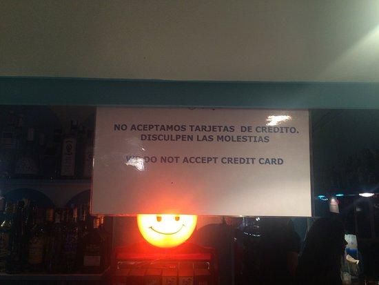 Sant Ferran de ses Roques, Espagne : Ojo! Cuando les da la gana te cuelgan un cartel y sólo cobran en efectivo! Local fuera de la ley