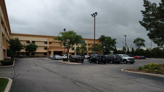 วิลโลว์บรูก, อิลลินอยส์: Outside the hotel on a cloudy day