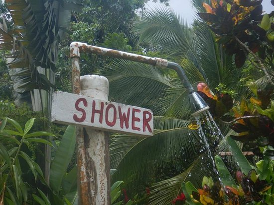 Hostel and Cabinas Secret Garden: Outdoor shower to rinse off your sandy feet.