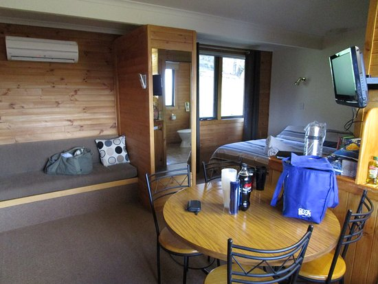 Mole Creek, Australia: Inside our 1 Bedroom Cabin.. Clean, warm and comfortable.. Had everything we needed and more..