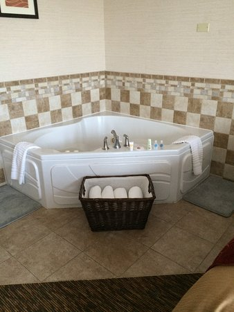 Comfort Inn: This is how our hot tub was presented. Very inviting!