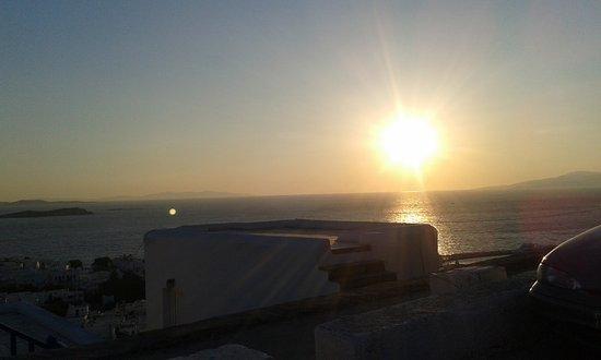 Akrotiraki: Podes apreciar la caida del sol desde la terraza .