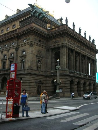 Eurostars Thalia Hotel: A dos cuadras del hotel se encuentra el teatro de la Opera