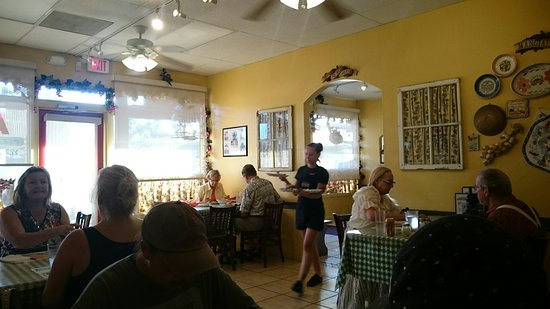 Ramona, CA: Small, friendly dining area