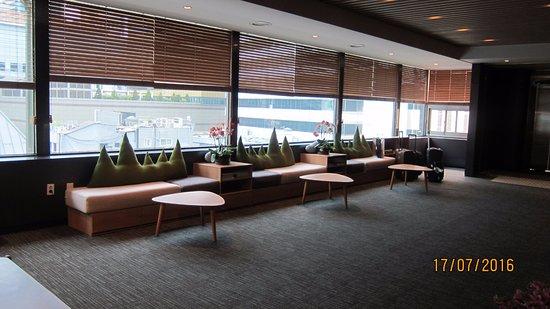 Metro Hotel: reception floor area