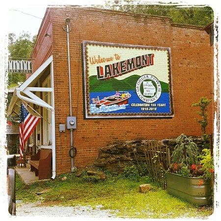 Lakemont, Georgien: In the gardens..