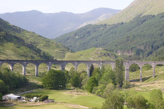 Glenfinnan, UK: Viaduct and access road to base.