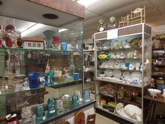 Adamstown, PA: Lots of glass ware, plates, etc.