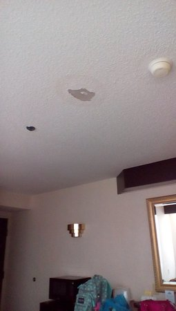 Yadkinville, Carolina del Norte: Water damage and torn ceiling
