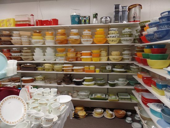 Adamstown, PA: Large collection of bowls, Corning ware, etc.