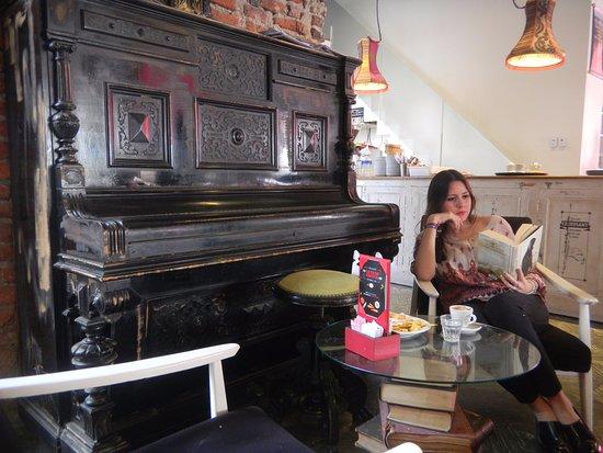Sillones Comodos Para Leer.Comodos Sillones Para Leer Un Libro Con Un Rico Cafe