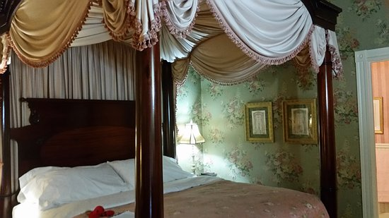 Berry Manor Inn: Comfy bed