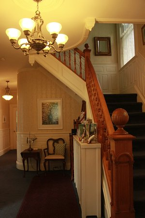 Atlantic Sojourn Bed & Breakfast: Grand front entry.
