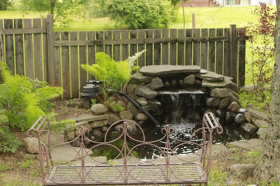 Lunenburg, Kanada: Fountain & bench in the yard.
