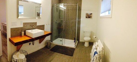 Cawston, Canadá: Suite #1 - Luxurious Ensuite Bathroom