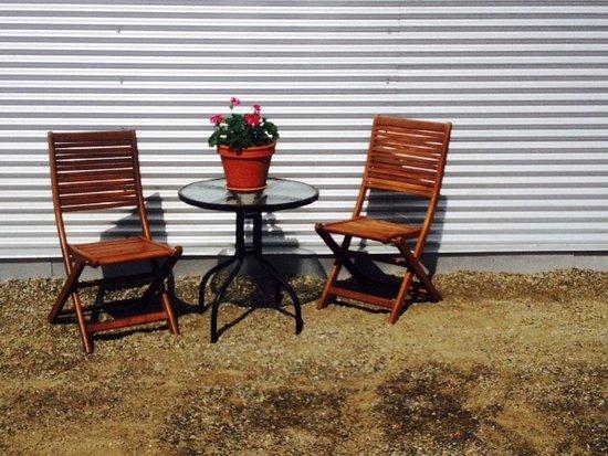 Cawston, Canadá: Exterior Sitting Area