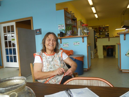 Alert Bay, Canadá: Duchess makes and serves delightful bannock creations
