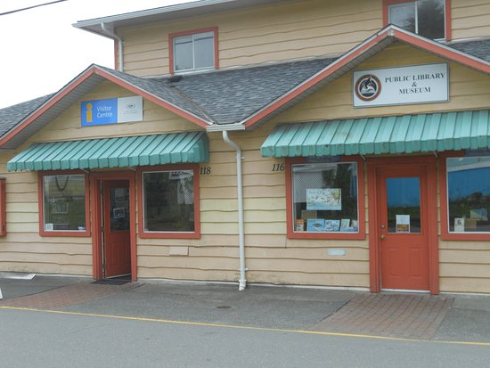 Alert Bay, Canadá: Front of the Library/Museum and adjoining Visitor Center