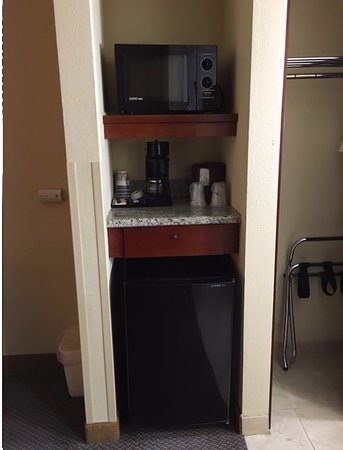 Chula Vista, CA: fridge and microwave in the room