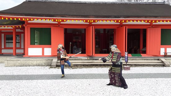 Oshu, Japón: there is 4 samurai armor and few weapon you can try.