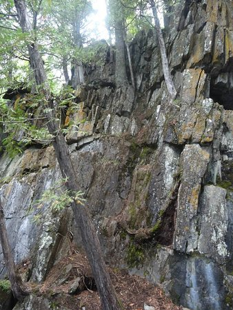 Whiteshell Provincial Park, Canadá: Rocks and trees along trail