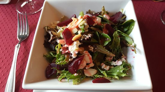 Carbonear, Kanada: Beet and Goat Cheese Salad with Greens, Almonds, and Raspberry Dressing