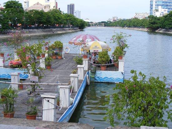 Hai Phong, Vietnam: Hồ Tam Bạc nhìn từ đầu nguồn của vòng xoay TT thành phố.