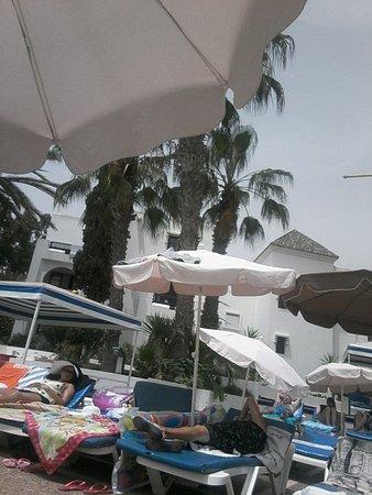 Caribbean Village Agador: l'état des parasols .. et faut se lever tôt pour en avoir un !!!