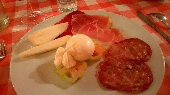 Montelupo Fiorentino, Italy: antipasto lei: finocchiona, burrata, pomodori, prosciutto crudo, coppa e pere