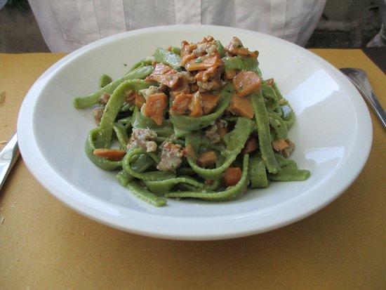 Pianoro, Italie : Tagliatelle verde con funghi e salsiccia