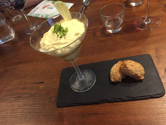 Blandford Forum, UK: Delicious Crown mousse and coconut macaroons
